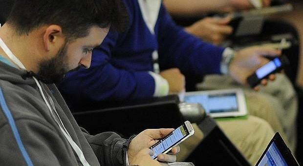 Los cinco peligros de acceder a un Wifi público en bares, aeropuertos, metros o trenes